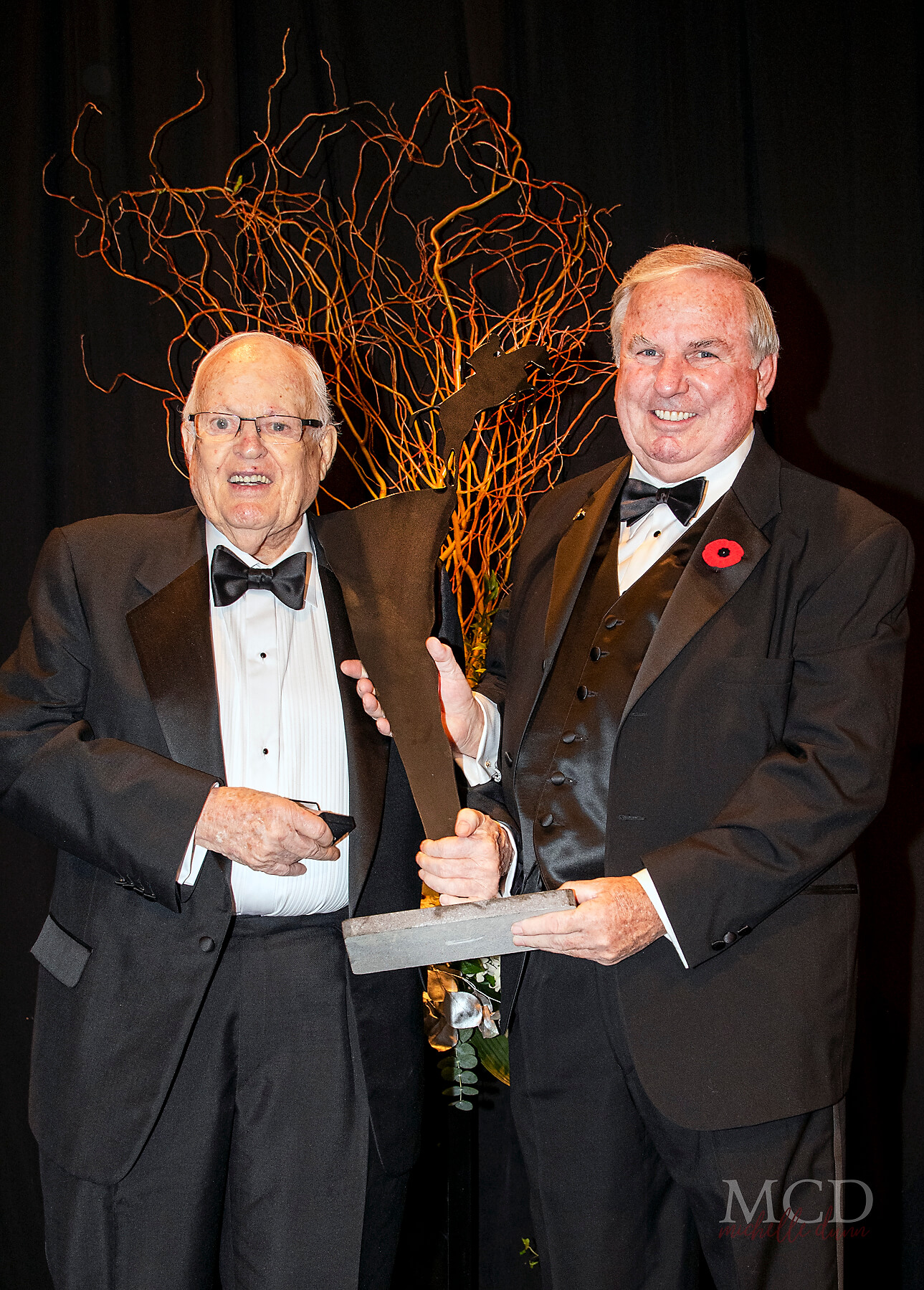 Inducted as a Builder – Individual, Greg Greenough (left) received his Jump Canada Hall of Fame trophy from John Weir. (Michelle C. Dunn photo)